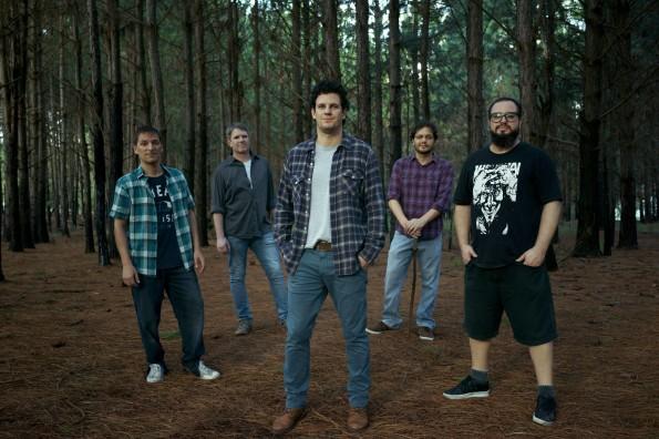 """Banda Doidivanas: Rodrigo Osório (baixo), Daniel Conceição (guitarra), Felipe Mello (vocal), Daniel """"Cuca"""" Moreira (baixo e violão) e Rodrigo dMart (bateria) - (Crédito: Luigi Sodré)"""